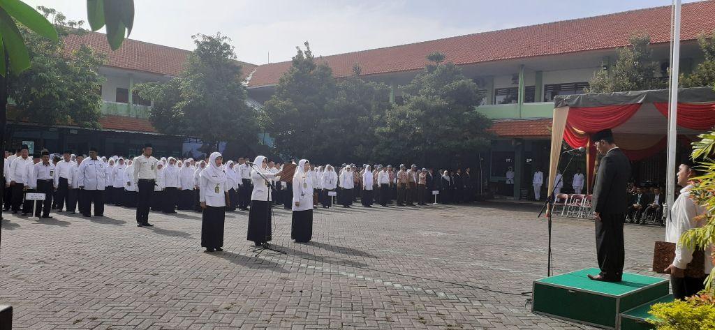 Guru MTsN 4 Sidoarjo Sukseskan Upacara Bendera HAB Ke-74 Kementerian Agama RI